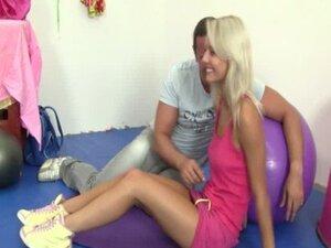 Mladi blondie jebala na loptu fitnes