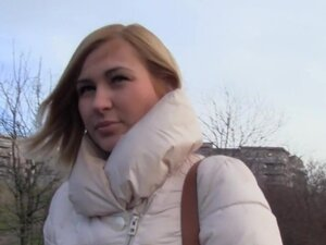 Češki student plaća plavuša za javni seks, češki student radi lažne ankete u javnosti sa seksi plava amaterski lutka, a uskoro ona treperi njene sise da ga mu je dao novac za spoljašnju kurac