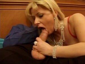 Italijanski MILF voli ukus hrabrosti, seksi italijanski MILF je nosio čarape kada njen ljubavnik rasturala njena pička i dupe. Tip je upucao njegove ogromne cumload na njenom licu i velikim sisama.