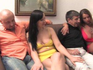 Жестока оргия Тинејџери бабе и момци старији у хотелској соби