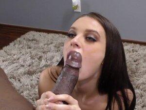 Mala jede halapljivo crni penis. Mala jede halapljivo i vozi crni penis za spermu u usta