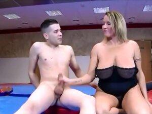 Breasty MILF assfucked od strane mladog momka, a Masiv je milo MILF daje duboko pušenje mlad momak i dobija njena velika guza opalio